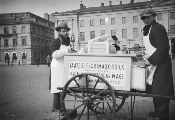 Helsingin jäätelötehtaan myyjiä