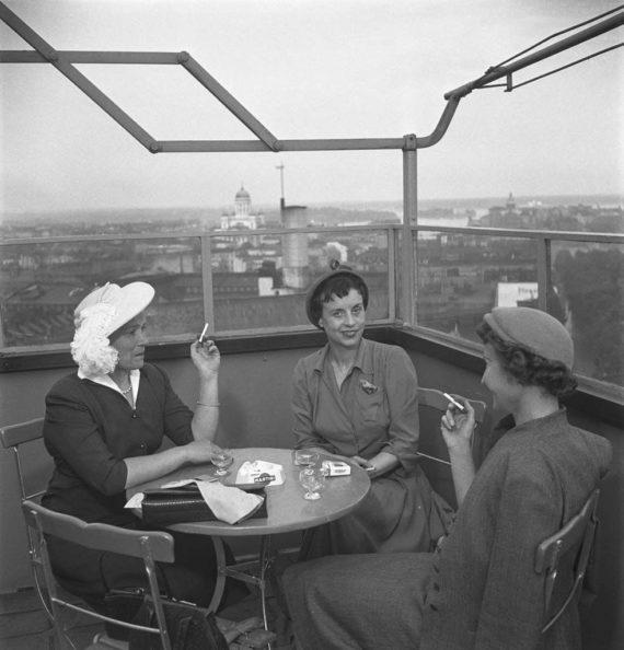 Naiset nauttivat juomia terassilla Helsigissä vuonna 1953.