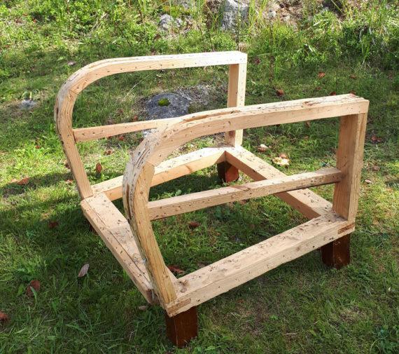 Uutta verhoilua odottava tuolin runko.