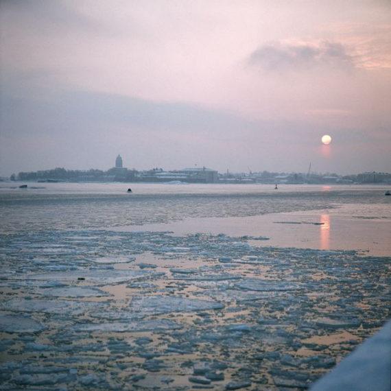 Suomenlinna jään keskellä