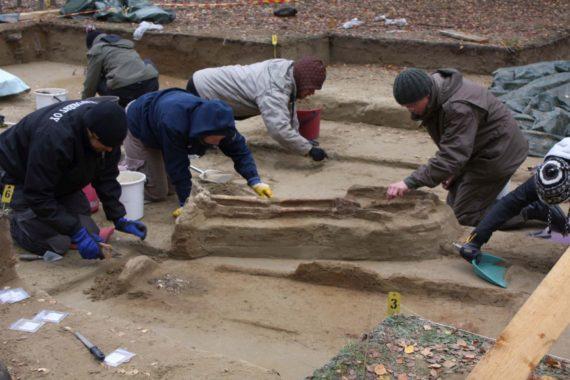 Arkeologit tutkivat Tuukkalan ruumiskalmistoa vuonna 2009.
