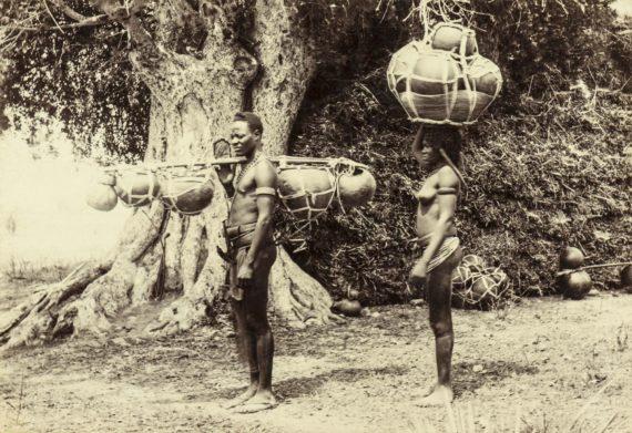 Ovambolaisia miehiä kauppamatkalla