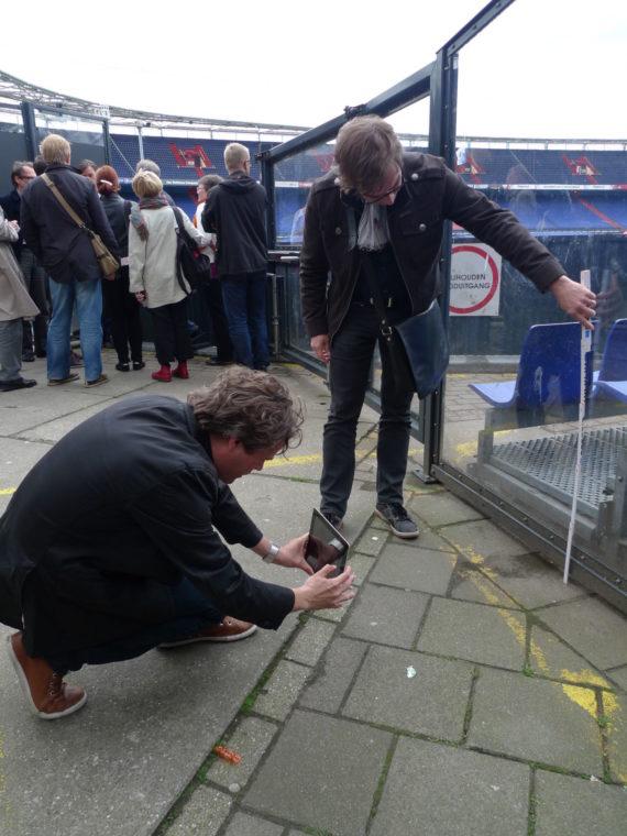 Arkkitehdit Kimmo Lintula ja Juha Sundqvist tutkivat penkkirivien mitoitusta Rotterdamissa