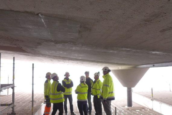 Suunnittelijoita ja toteuttajia katselmoimassa pääkatsomon vanhan katoksen betonikorjauksen mallityötä