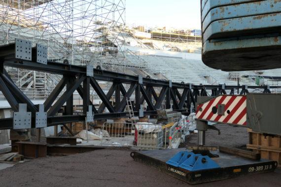 Kaarrekatsomon uuden katoksen teräsrakenne koottuna valmiiksi paikalleen nostettavaksi