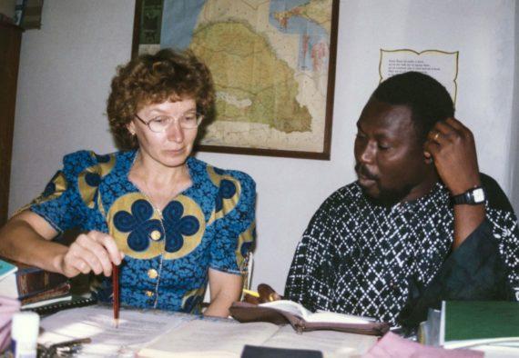 Diplomikielenkääntäjä Paula Laajalahti ja kääntäjä Malick Fall työhuoneessaan