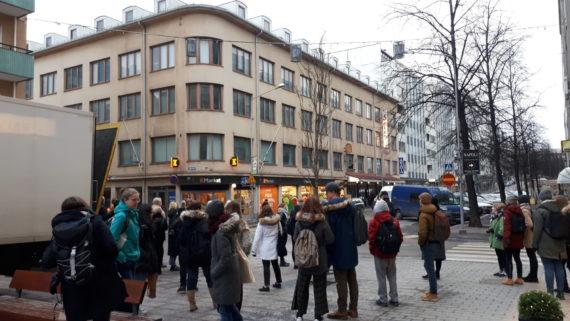 Opiskelijoita tutustumassa Tampereen opiskelija-asuntosäätiön omistuksessa olevaan entiseen teollisuusrakennukseen